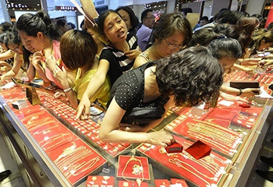Customers flock to buy gold accessories at a gold store in Taiyuan, Shanxi province.